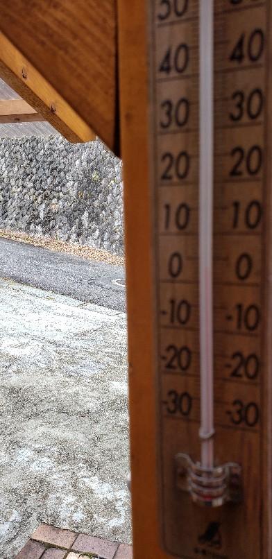 裏山から雪が舞って来..._b0222066_09335486.jpg
