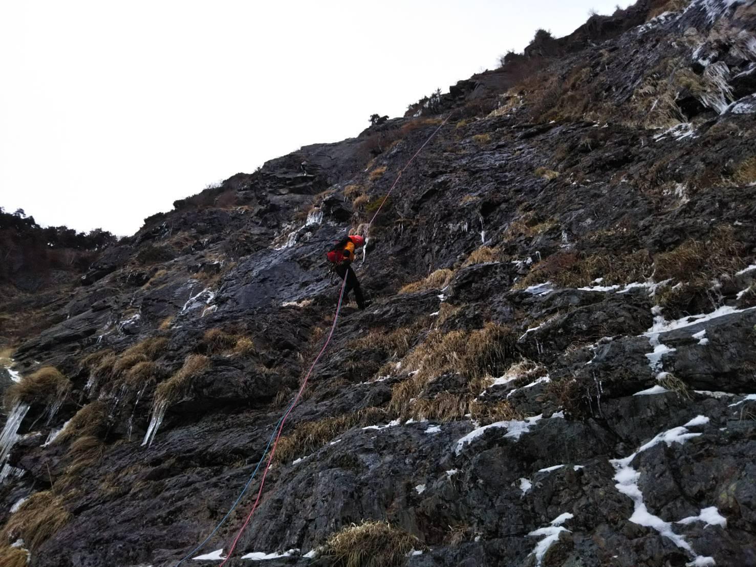 明神岳2,263m峰南壁中央ガリー_d0237801_00242239.jpg