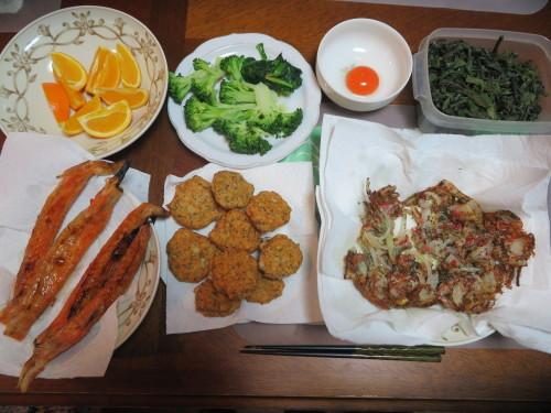 朝:煮野菜サラダ&卵御飯 昼:紅鮭🍙、コロッケ&ハッシュポテト 夜:緑茶入り鶏つくね・黄身添え、緑茶とエビの香ばしかき揚&鮭ハラミ焼き_c0075701_19451570.jpg