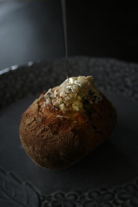 サワー種でバリッとライ麦パンを焼く「ブルーチーズとはちみつノア」_c0162653_13493617.jpg