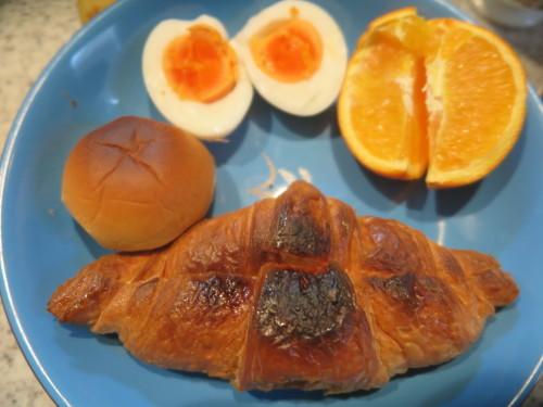 朝:クロワッサンサンド(カスタ―ホイップ)、ミニ小倉パン、茹で卵、フルーツ&飲むヨーグルト 昼:自家製支那そば 夜:_c0075701_15571603.jpg