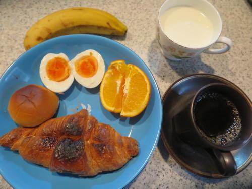 朝:クロワッサンサンド(カスタ―ホイップ)、ミニ小倉パン、茹で卵、フルーツ&飲むヨーグルト 昼:自家製支那そば 夜:_c0075701_15572004.jpg