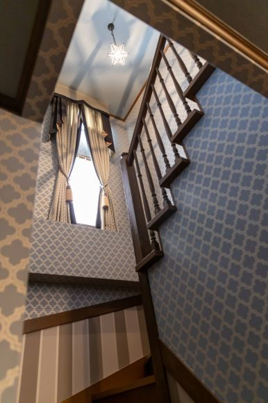 No.14階段廻りの壁紙張替えとカーテンの掛け替え_e0133255_18472110.jpg