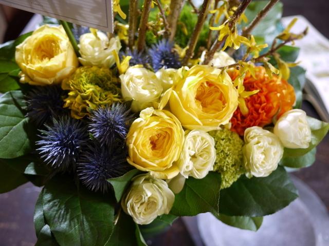 歓迎のアレンジメント。澄川3条にお届け①。「黄色~オレンジ系、かっこいい感じ」。2020/03/24。_b0171193_17145460.jpg