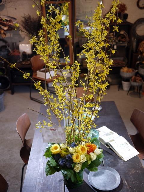 歓迎のアレンジメント。澄川3条にお届け①。「黄色~オレンジ系、かっこいい感じ」。2020/03/24。_b0171193_17145751.jpg