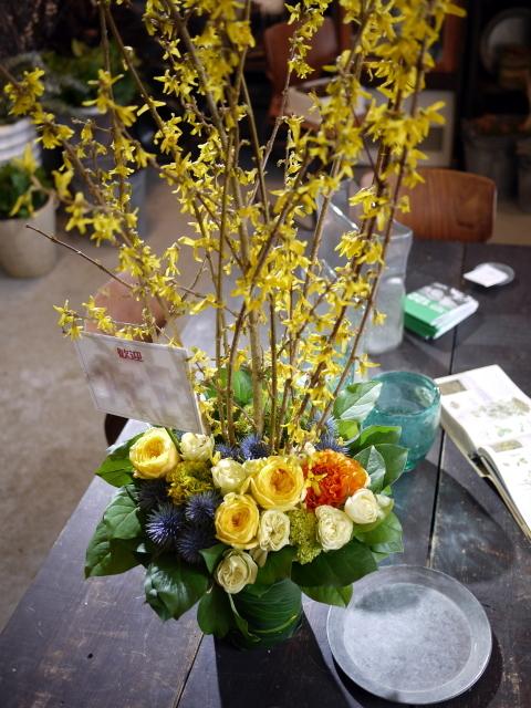 歓迎のアレンジメント。澄川3条にお届け①。「黄色~オレンジ系、かっこいい感じ」。2020/03/24。_b0171193_17145900.jpg