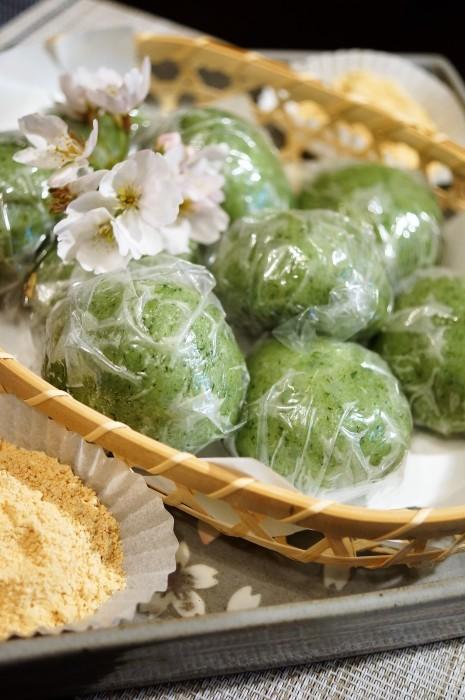 ■季節の和菓子【野摘みヨモギで お彼岸の時に草餅を作りました。餡子入りできな粉添えです♪】_b0033423_19024452.jpg