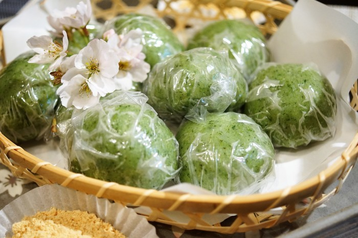 ■季節の和菓子【野摘みヨモギで お彼岸の時に草餅を作りました。餡子入りできな粉添えです♪】_b0033423_19032557.jpg