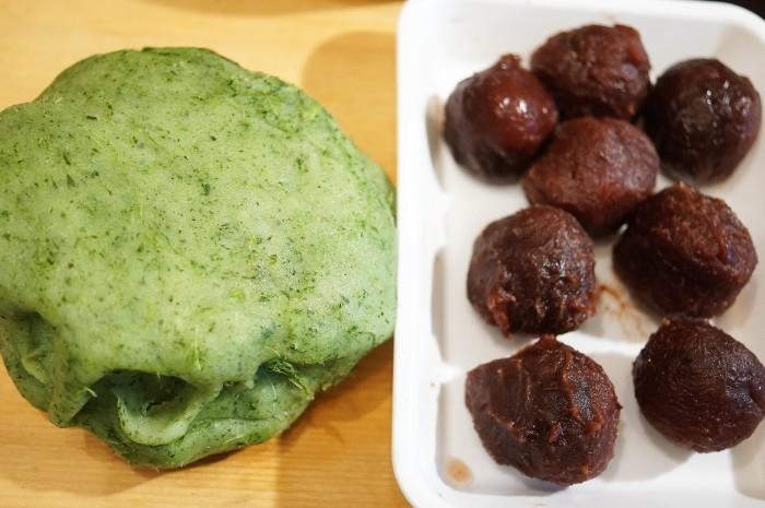■季節の和菓子【野摘みヨモギで お彼岸の時に草餅を作りました。餡子入りできな粉添えです♪】_b0033423_19401181.jpg