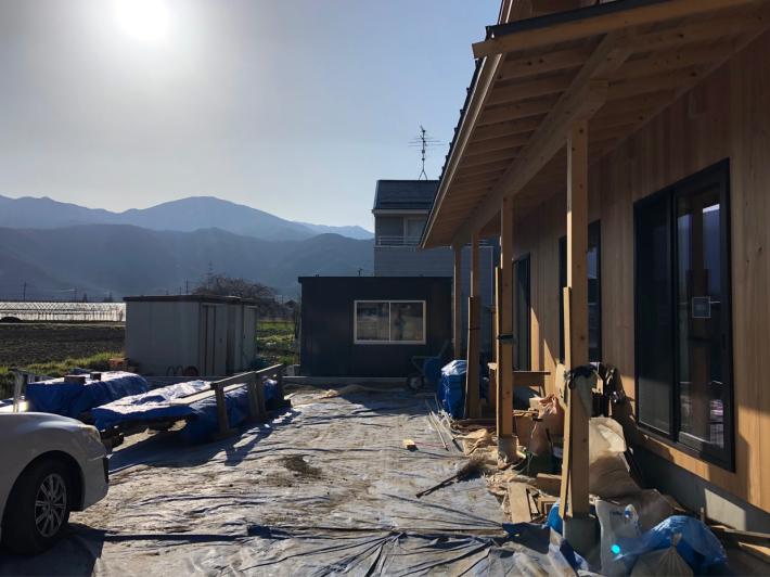 安曇野堀金の木組みと土壁の家 カラマツの外壁_b0024611_08392946.jpg