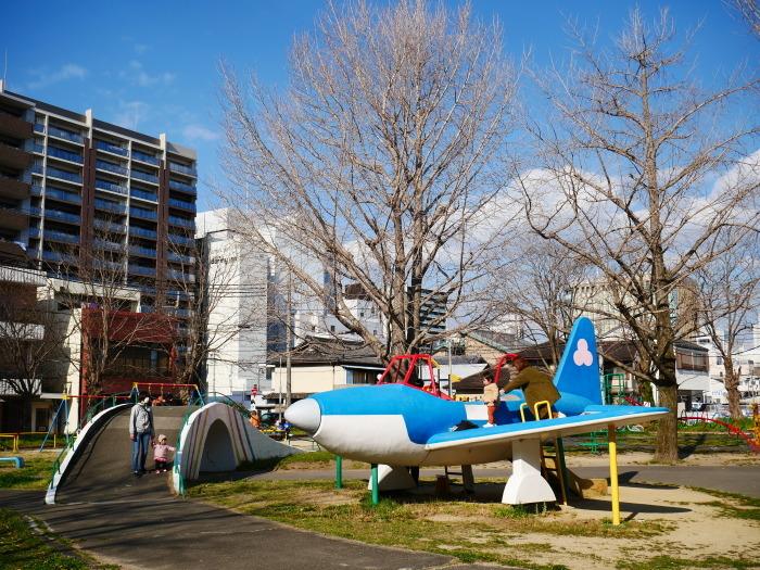 飛行機の遊具ある街の公園  2020-04-05 00:00   _b0093754_23283277.jpg