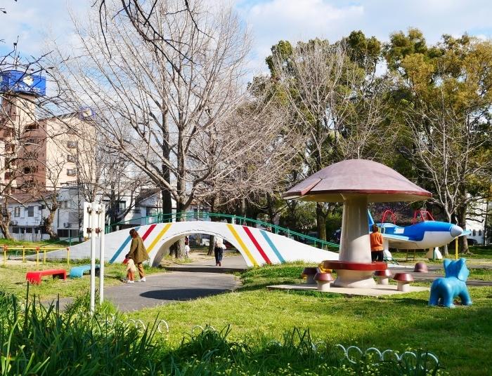 飛行機の遊具ある街の公園  2020-04-05 00:00   _b0093754_23290289.jpg