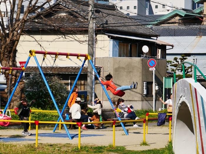 飛行機の遊具ある街の公園  2020-04-05 00:00   _b0093754_23294920.jpg