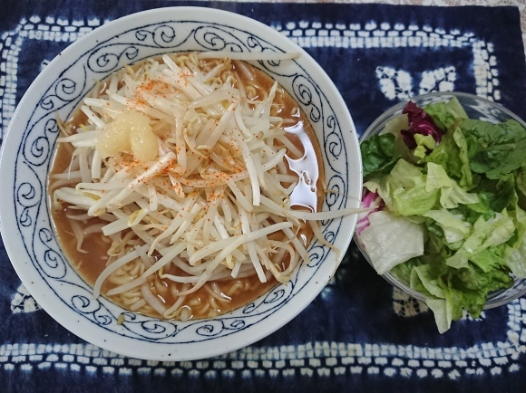 4/4 サンヨー食品サッポロ一番みそラーメン と 緑豆もやし で もやしラーメン_b0042308_14031686.jpg