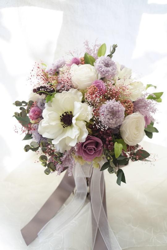 アネモネとラベンダー色のお花のクラッチブーケ_a0136507_23183224.jpg