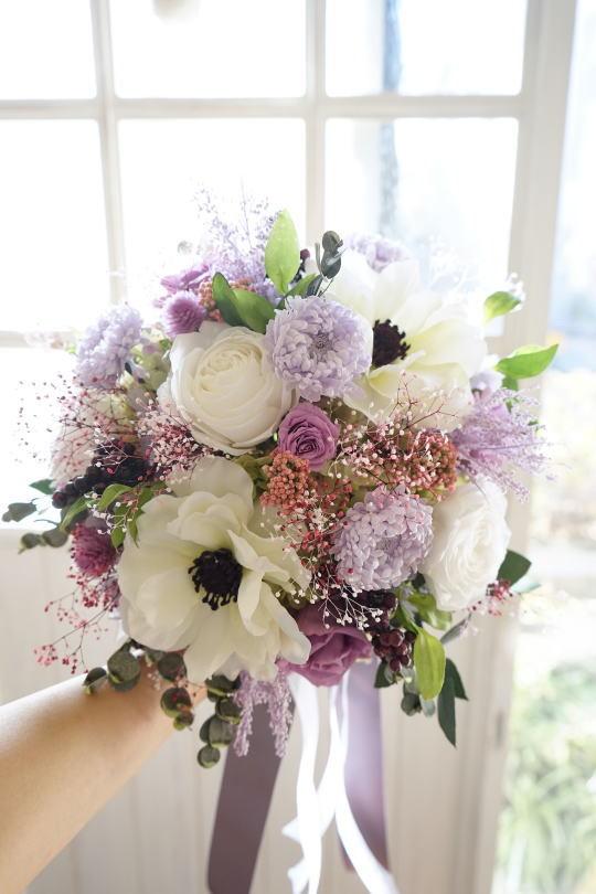 アネモネとラベンダー色のお花のクラッチブーケ_a0136507_23185641.jpg