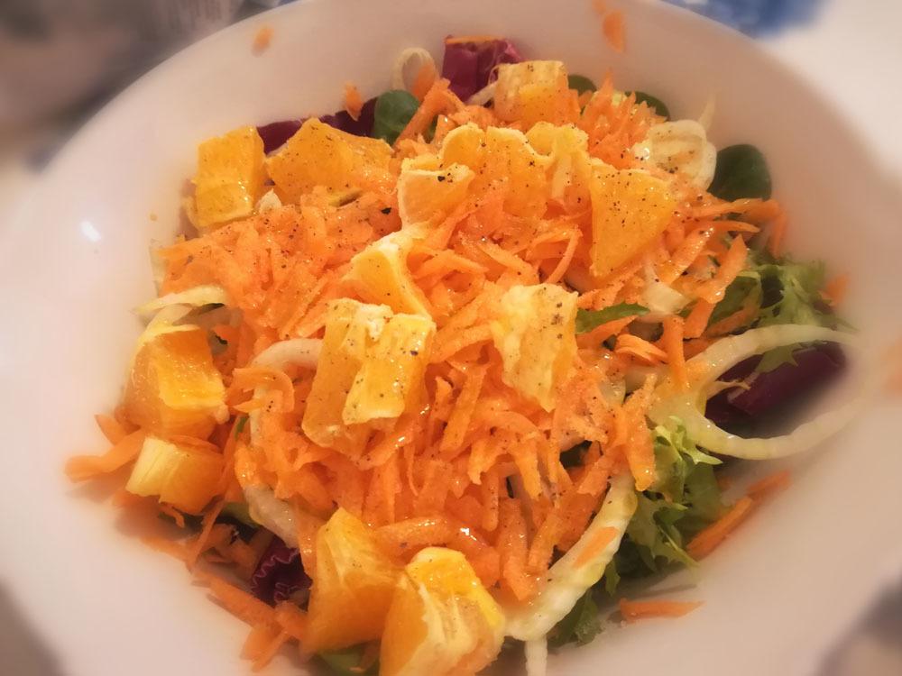 お昼ご飯はinsalatona(大盛りサラダ)_c0179785_04245949.jpg