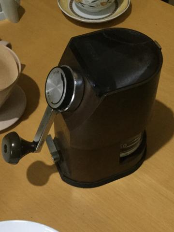 味はどうでもいいけど毎朝コーヒー挽いていれてます。このコーヒーミル知りませんか?_c0061896_13351293.jpg