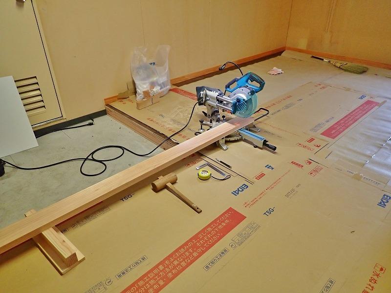 会館の荷物部屋で床貼りのテキトウ仕上げです_c0336902_17393342.jpg