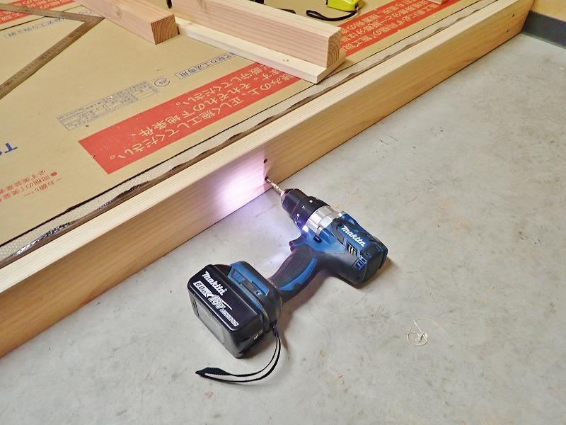 会館の荷物部屋で床貼りのテキトウ仕上げです_c0336902_17395223.jpg