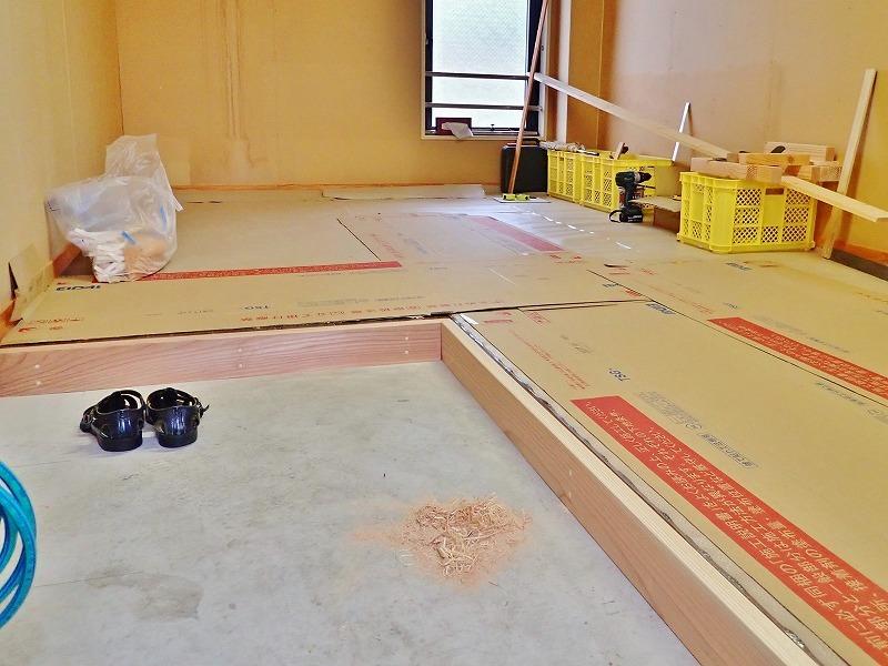 会館の荷物部屋で床貼りのテキトウ仕上げです_c0336902_17400203.jpg