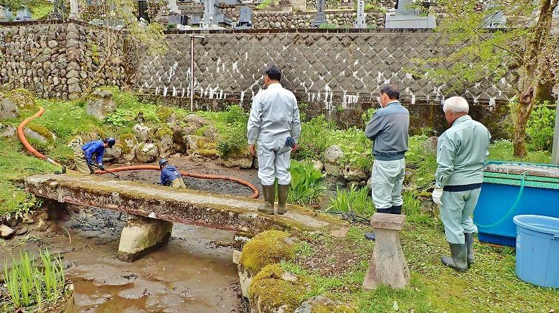 29日には毘沙門堂の「琵琶湖池」で泥上げ作業がありました_c0336902_21405696.jpg