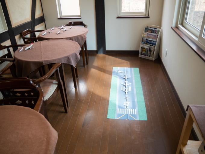 GWお客さんが来ないので・・カフェの床は滑走路になりました!_f0276498_12030563.jpg