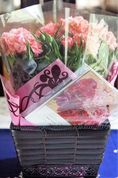 ■母の日で【新宿在住の娘夫婦からは 絞り咲きのカーネーションの鉢植えが届きました♪豪華絢爛!】_b0033423_21104166.jpg