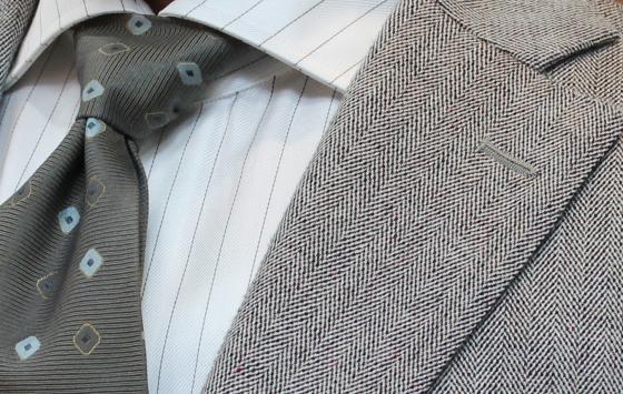 明るいグレーカラーの着こなしが軽快で爽やか。_b0081010_17330955.jpg
