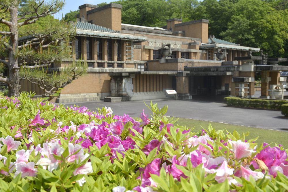帝国ホテル中央玄関とツツジの花_e0373930_10080368.jpg