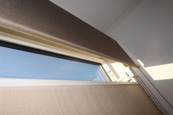 窓のオペレーターを避けてロールスクリーンを取り付ける_e0133255_16370729.jpg