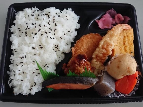 5/18 ファミマ 幕の内弁当、フレッシュ野菜サラダ、濃い北海道メロンの蒟蒻ゼリー_b0042308_13113110.jpg