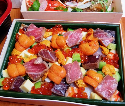 NYの和食レストラン、ミフネ(MIFUNE)初の宅配セット、特製ちらし寿司うに・まぐろ追加トッピング・バージョン_b0007805_03425612.jpg