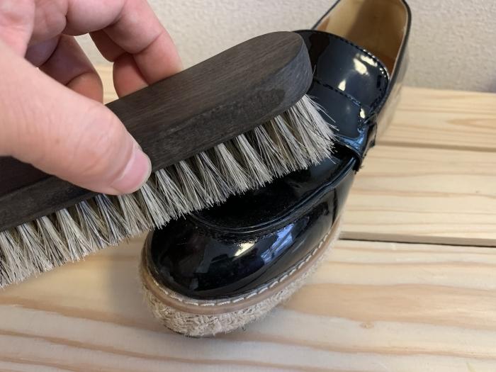 【おうちで靴磨き】エナメルの傷に見える汚れ、あきらめる前に_b0226322_14410980.jpg