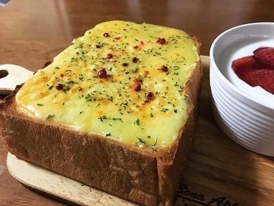 いちごミルクフランスと厚切りチーズトースト_f0231189_22121369.jpg