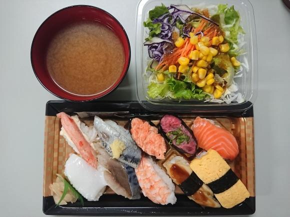 5/23夜勤飯 ファミマ にぎり寿司盛り合わせ10貫、フレッシュ野菜サラダ_b0042308_01473354.jpg
