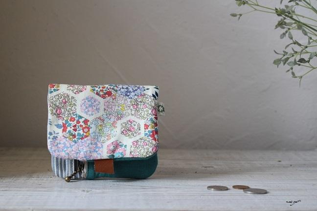 この2つ折り布財布はラッキーカラーとヘキサゴンの布合わせで♪_f0023333_20580460.jpg