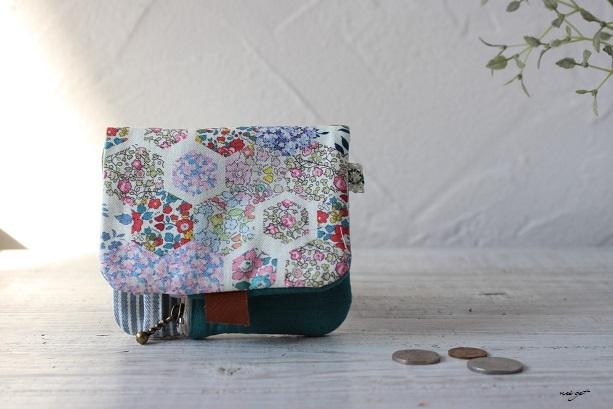 この2つ折り布財布はラッキーカラーとヘキサゴンの布合わせで♪_f0023333_20580535.jpg