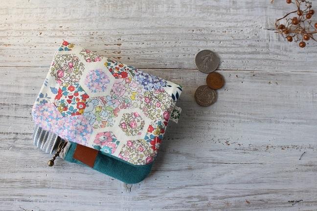 この2つ折り布財布はラッキーカラーとヘキサゴンの布合わせで♪_f0023333_20580592.jpg