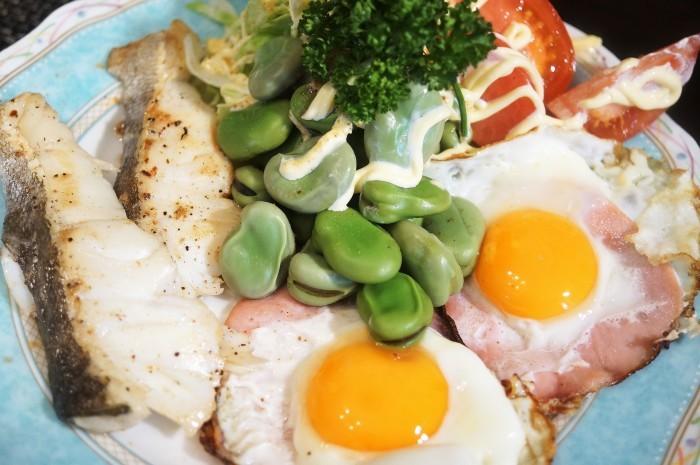 ■THE・朝ご飯【真鱈のソテー/ハムエッグ/茹で空豆の天こ盛り♪】_b0033423_00193486.jpg