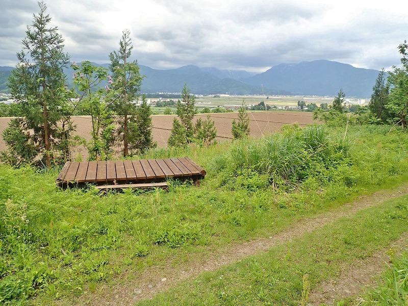 土曜日の兼業農家は少し時間が空いてフットパスの「休憩ポイント」の整備をすることに_c0336902_20092185.jpg