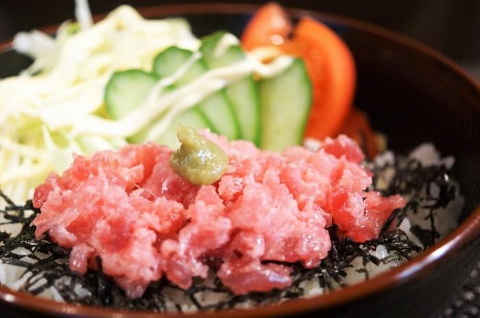 ■グルメ【本マグロ剝き身で 鮪サラダ丼】_b0033423_20330309.jpg