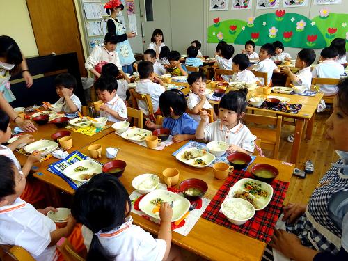 はじめての給食(令和2年度が始まり、みんなで食べる事が…)_e0108263_17305644.jpg