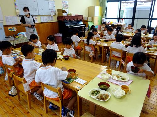 はじめての給食(令和2年度が始まり、みんなで食べる事が…)_e0108263_17323744.jpg