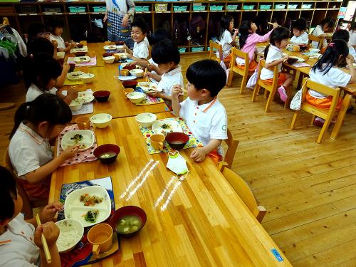 はじめての給食(令和2年度が始まり、みんなで食べる事が…)_e0108263_17324698.jpg