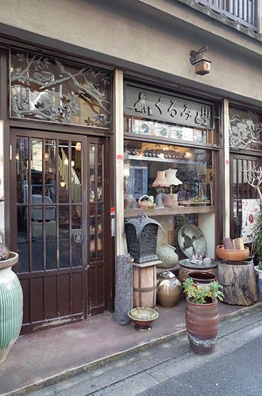 くるみ民芸店のはなし 盆に映り込む緑_c0069903_18441116.jpg
