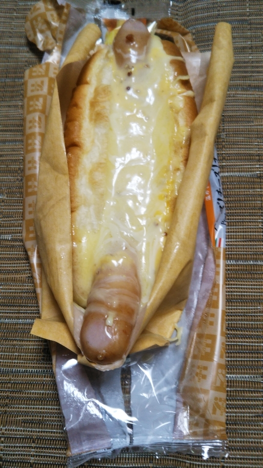 セブンイレブン チーズ!チーズ!チーズ! ポークソーセージ&チーズロール_f0076001_22313845.jpg