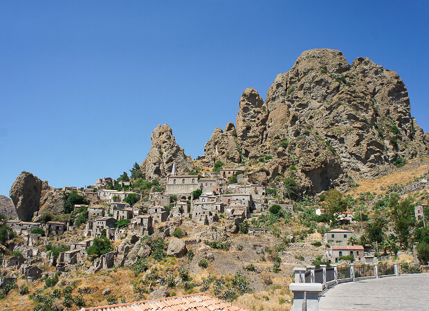 ペンテダッティロ 悲劇を背負い廃墟と化した奇岩の村_f0205783_14373884.jpg