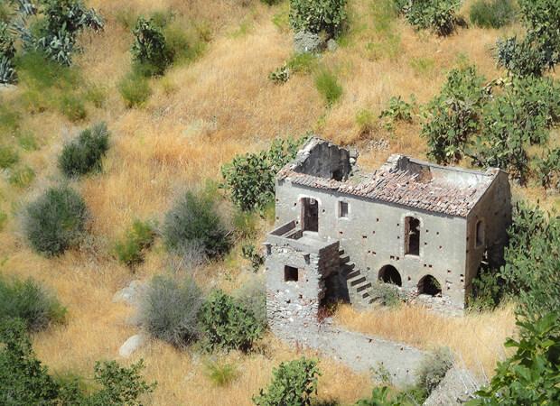 ペンテダッティロ 悲劇を背負い廃墟と化した奇岩の村_f0205783_15052768.jpg
