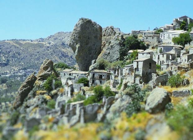 ペンテダッティロ 悲劇を背負い廃墟と化した奇岩の村_f0205783_21144446.jpg